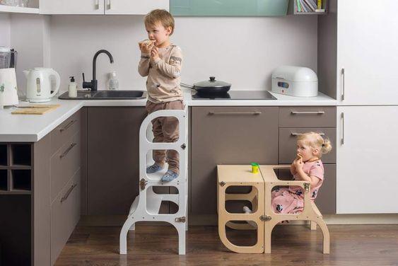 deux bébé sur leur tour Montessori